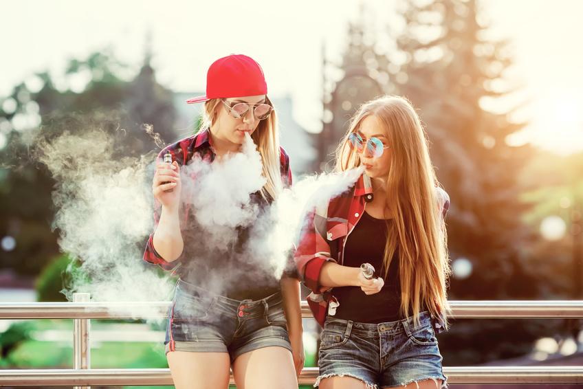 Influencer dampfen E-Zigarette im Park